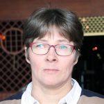 Punasankaiset silmälasit päässä Virpi Siiskonen kasvokuvassa