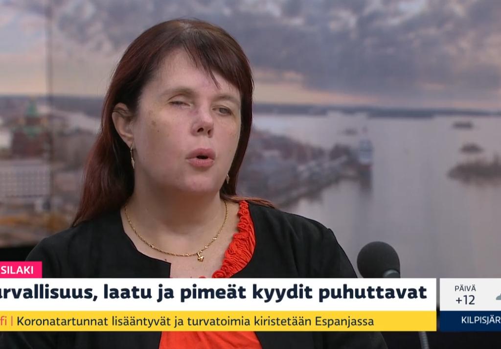 Sari Kokko YLEn studiossa