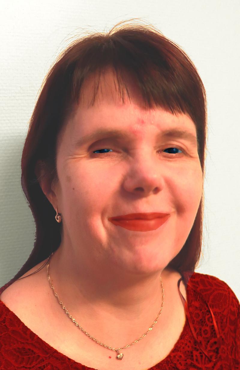 Sari Kokko hymyilevänä pieni sydänkorvakoru